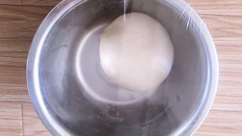 牛奶吐司,将和好的面搓圆放碗里用保鲜膜包起来放发酵箱里26到28度一次发酵