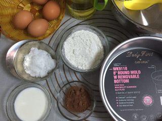 大理石戚风蛋糕,首先将所需食材准备好,每一样要用到的工具都要无水无油的