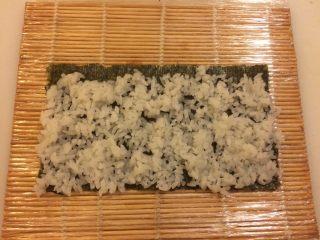 简单的寿司三文鱼小卷,寿司饭铺均匀紫菜的5分之4