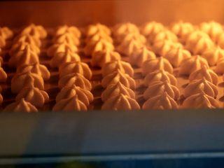 枣泥溶豆,烤箱90度预热 上下火50分钟左右 最后在烤箱闷5-10分钟再拿出来 能轻松从烤盘上拿下来就表明熟透了 PS;烤箱温度仅供参考