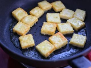 糖醋菜+糖醋脆皮豆腐,待豆腐块两面变成金黄色盛出备用