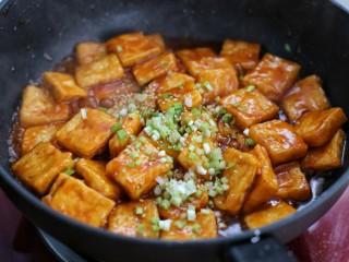 糖醋菜+糖醋脆皮豆腐,再放入葱花和芝麻