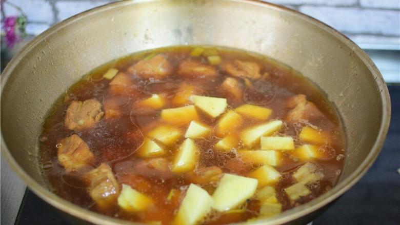 红烧土豆排骨,大火烧开,转小火煮20分钟。
