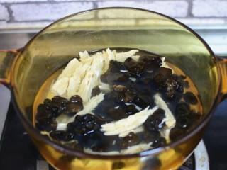 凉拌黄瓜腐竹木耳,木耳也放在水里焯两分钟。