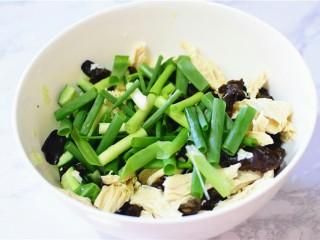 凉拌黄瓜腐竹木耳,木耳,腐竹,黄瓜,葱,放在一个容器里。