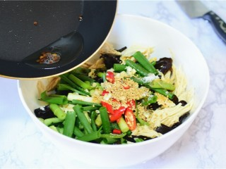 凉拌黄瓜腐竹木耳,锅中油热加花椒,炸出香味,把花椒油倒入容器中