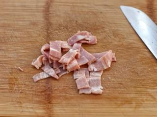 蔬菜培根蛋炒饭,培根切小片备用