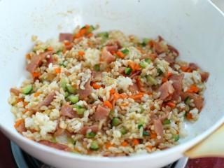 蔬菜培根蛋炒饭,翻炒均匀