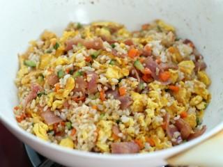 蔬菜培根蛋炒饭,再倒入炒好的鸡蛋炒匀