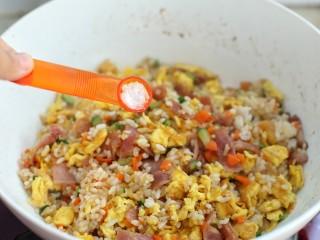 蔬菜培根蛋炒饭,调入少许盐