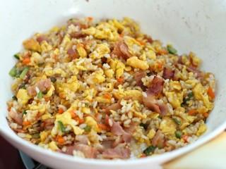 蔬菜培根蛋炒饭,炒匀后盛出即可