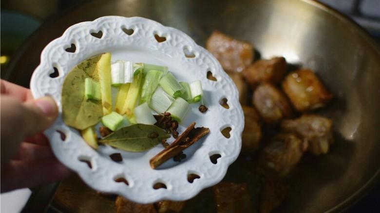红烧土豆排骨,加入葱姜,香叶,花椒,八角,桂皮