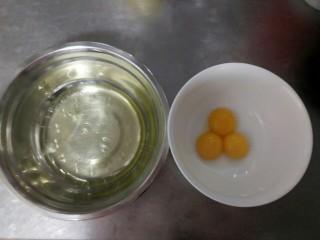 紫薯酸奶戚风,首先要将鸡白蛋黄分离,分别装入两个盆中。