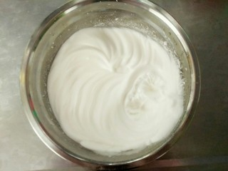 紫薯酸奶戚风,开始打发蛋白,注意白糖分三次加入。打发至盆子倒过来都不会流出来的时候,就完成了!