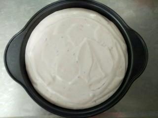 紫薯酸奶戚风,拌匀后就可以倒入蛋糕模具中