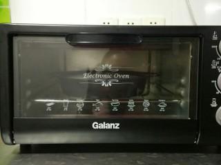 紫薯酸奶戚风,烤箱预热十分钟,放入蛋糕胚。上下火120度一小时后,转下火10分钟