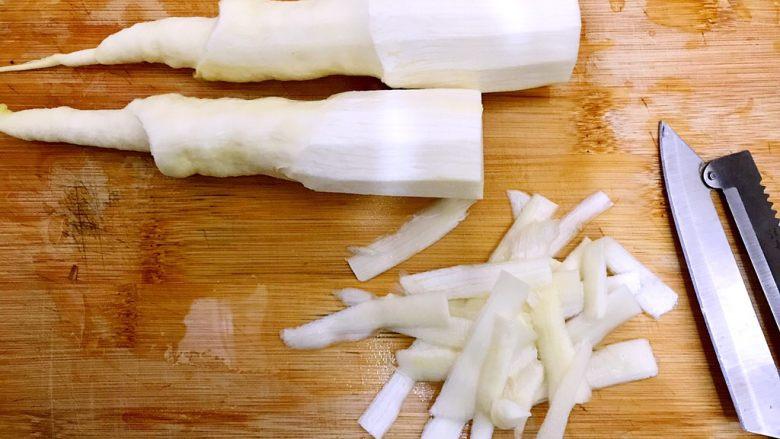 家常蚝油农家小炒肉,再用削皮刀削去茭白尾部一节的老皮