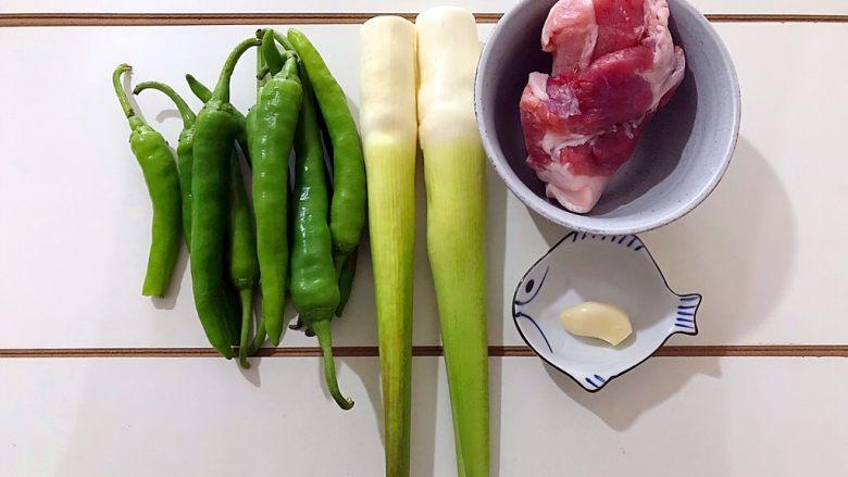 家常蚝油农家小炒肉,首先我们准备好所有食材