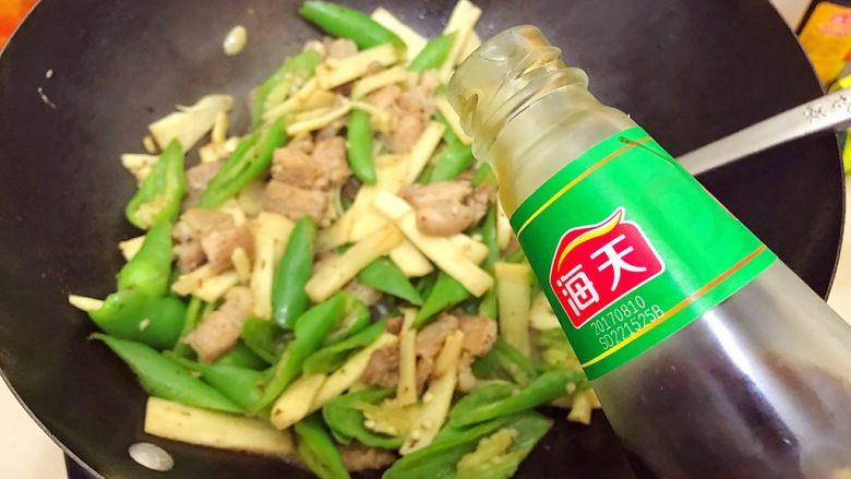 家常蚝油农家小炒肉,加适量蚝油,翻炒至汤汁收紧,即可