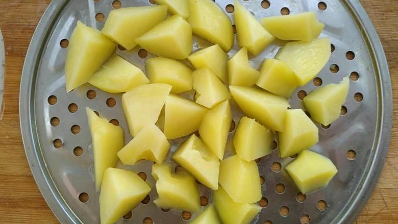 孜然香辣土豆块,筷子能轻松插过就是蒸熟了