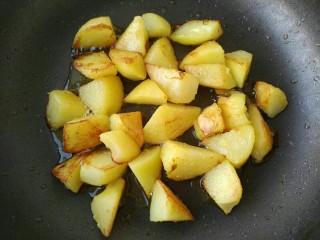 孜然香辣土豆块,小火慢慢煎到两面金黄
