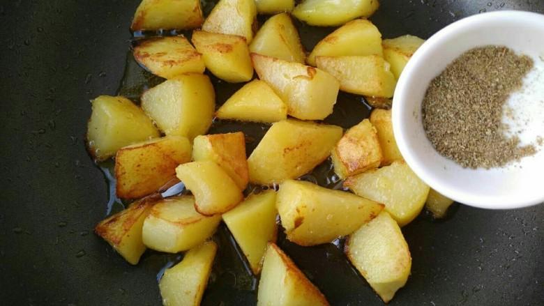 孜然香辣土豆块,放入孜然粉