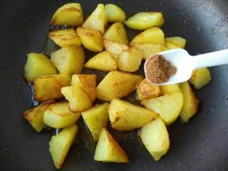 孜然香辣土豆块,再撒上椒盐和辣椒粉