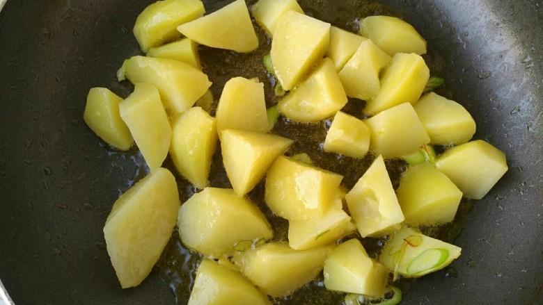 孜然香辣土豆块,倒入蒸熟的土豆块翻炒