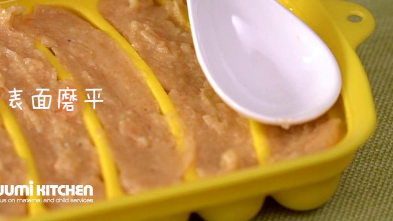 自制宝宝香肠,用小勺磨平、盖上盖
