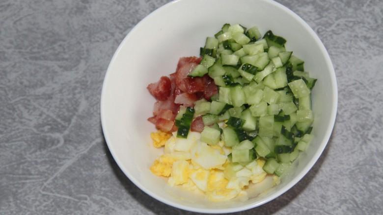 沙拉三明治,把黄瓜,腊肠,还有鸡蛋放到一个碗里