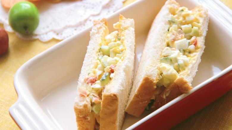 沙拉三明治,切开食用