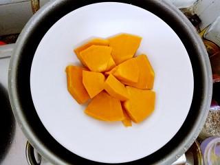 红烧南瓜丸子,放在碗里,用蒸锅蒸