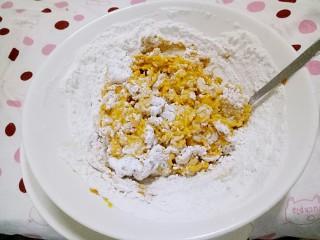 红烧南瓜丸子,先用筷子搅拌,粉加完了,看看如果软就再添加些红薯粉,(南瓜选老些的,每个南瓜的水份含量不一样,粉也是个大概量,根据实际情况添加)偏软些好吃些,