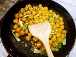 红烧南瓜丸子,稍后加入适量水  盐  酱油  耗油  十三香 适量调味,焖一下。