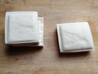 鹌鹑蛋烧豆腐,准备豆腐三块;