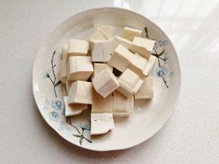 鹌鹑蛋烧豆腐,把豆腐切成均匀的小方块备用;