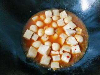 鹌鹑蛋烧豆腐,再加入豆腐块,适量老抽,少许盐,烧开小火慢煮;
