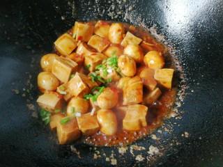 鹌鹑蛋烧豆腐,最后下水淀粉收浓汁,撒葱花即可起锅!