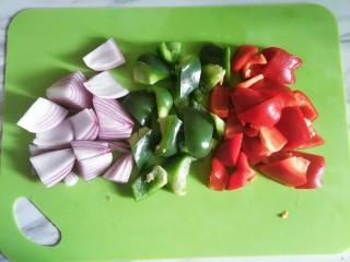 嫩炒猪肝,洋葱、青椒红椒切好