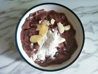 嫩炒猪肝,加入1小匙盐、少许糖、1勺料酒、2勺淀粉和姜蒜