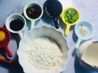 #最爱包子#烫面煎饼鸡蛋饼,准备食材如图,这里选用的黄豆酱,主要有小朋友一起吃,大家可以准备一些辣酱