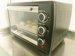 豆沙小餐包,烤箱预热160度,上下火烤25分钟