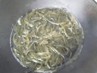 香菜拌海带丝,锅中入适量水,放入海带丝烧开焯水;