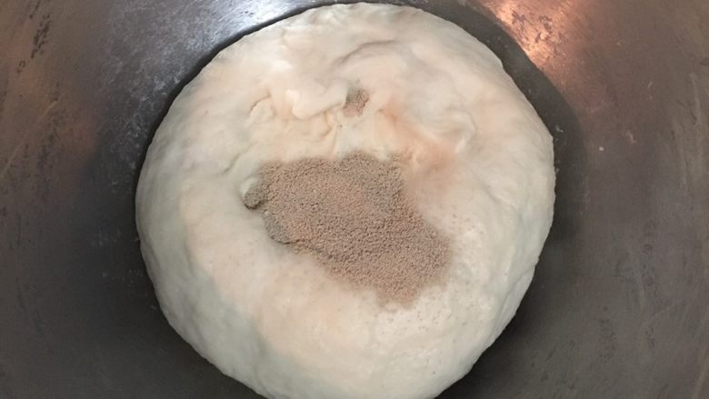 最爱面包+ 烟熏起司面包卷,水合面团取出后先倒入酵母揉匀,