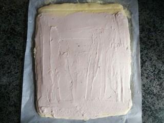 奶油蛋糕卷,将蛋糕胚翻面涂抹奶油