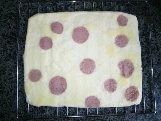 奶油蛋糕卷,烤好的蛋糕胚倒扣趁热撕下油纸