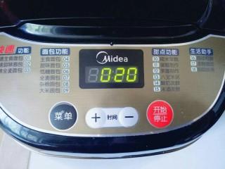 最爱面包+葡萄干小面包,启动面包机,自动和面20分钟。
