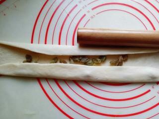 最爱面包+葡萄干小面包,再将两边对折,如图。