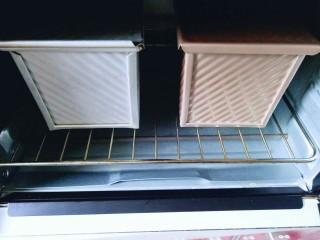 最爱面包+葡萄干小面包,如果有小面包的模具用小面包的模具最好啦!我没有,只能用吐司盒啦!发酵至是原来的2倍大即可进行烘烤。 约35分钟左右,二次发酵完成。(发酵特别好呦) 烤箱180预热 将烤网放入烤箱底层,把模具放在烤网上,180度烤30-35分钟,盖上盖子。