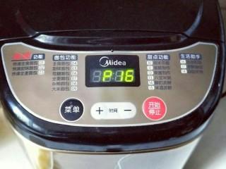 最爱面包+椰蓉面包,启动面包机自动和面功能,20分钟。